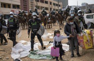 Policías peruanos empezaron a morir del coronavirus a altos índices tras recibir equipo de protección defectuoso, hecho ahora siendo investigado. Foto / Rodrigo Abd/Associated Press.