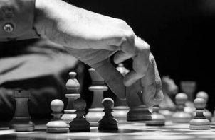 Al menos 600 millones de personas entre profesionales y aficionados practican el ajedrez. Foto: EFE.