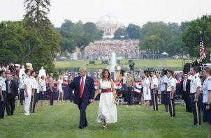 Tras el discurso del presidente, hubo una exhibición de aviones militares que sobrevolaron el Mall, la explanada monumental que hay junto a la Casa Blanca, paracaidistas y música patriótica, que precedieron a los tradicionales fuegos artificiales. FOTO/EFE