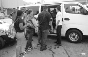 Los usuarios que viajan de La Chorrera hacia la ciudad de Panamá, deben tomar hasta tres unidades del transporte público para llegar a sus puestos de trabajo. Foto: Archivo.
