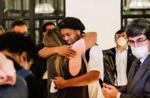 Ronaldinho abraza a una amiga al llegar al hotel en Paraguay. Foto:EFE