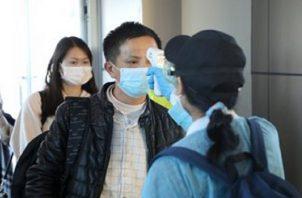 La toma de temperatura se realiza en la frente de las personas. Foto: Archivo