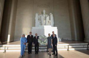 Andrés Manuel López Obrador (3i), posando con su comitiva frente al monumento a Lincoln este miércoles, en Washington (EE.UU.). López Obrador comenzó su viaje oficial a Washington, el primero que realiza al extranjero desde su llegada al poder en 2018. FOTO/EFE