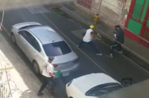 Captura del video de la pelea con arma blanca en Calle 18, El Chorrillo.