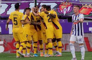 Jugadores del Barcelona felicitan a Arturo Vidal por su gol. Foto:EFE