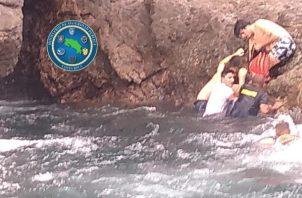De acuerdo con el subintendente Pablo Fernández, oficial del Guardacostas, la joven de apellido Cappelletti, 19 años, permanecía semiinconsciente y sostenida por tres amigos más entre las filosas rocas y el mar.