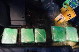 Aprehendieron a dos hombres y decomisaron una carga de aparente marihuana, dinero en efectivo al igual que el vehículo donde se trasladaban.