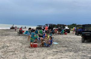 Un grupo de 24 personas violaron el toque de queda al realizar actividades en la playa Buenaventura.
