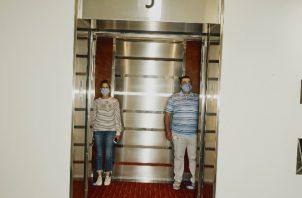 Chocan los elevadores y la sana distancia. Foto / Tony Luong para The New York Times.