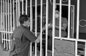 """No es solo llegar y preguntar, o llevar """"apoyos"""" casa por casa: Eso no es trabajo comunitario. Eso es asistencialismo. Foto: Cortesía."""
