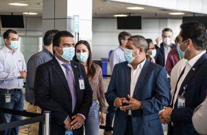 El ministro de Salud, Luis Francisco Sucre, realizó un recorrido por las instalaciones de la terminal aérea.