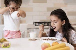 Aunque los chicos estén en casa los padres deben estar pendientes de su buena alimentación. Pixabay