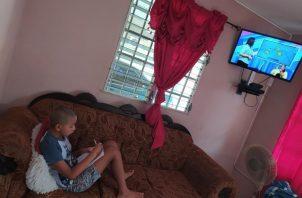 Los estudiantes desde pre escolar hasta duodécimo grado deben estar conectados todos los días para mirar la televisión o escuchar las emisoras.