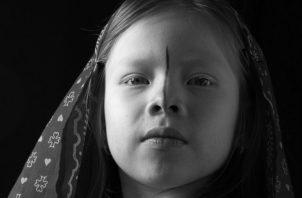 Brenda Hawkins, una niña de la etnia guna. La piel y los ojos de los hijos de la luna, son muy sensibles al sol. Foto: Archivo.