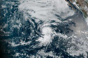 Foto del NHC (EE.UU), donde se muestra la trayectoria del huracán Douglas frente a las costas del pacífico mexicano. Fotos: EFE.