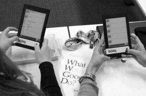 En Google libros, puedes hacer las búsquedas de obras literarias, que guardas electrónicamente, para ir creando tu propia biblioteca digital. Foto: Archivo.
