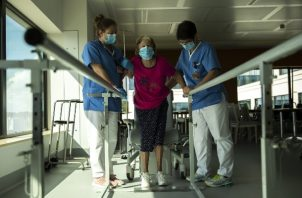 Los pacientes hospitalizados con COVID-19 con frecuencia experimentan debilidad muscular que puede llevar a dificultades para caminar. Foto / Francisco Seco/Associated Press.
