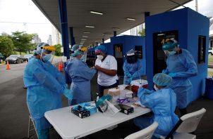 En  las últimas 24 horas se realizaron 3.006 pruebas de contagio de COVID-19. Foto EFE