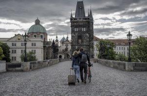 La Unión Europea relajó las restricciones de viaje a visitantes de 15 países el 1 de julio, pero algunos que viven en países excluidos desconocen cuando verán a sus parejas de nuevo. El puente Carlos en Praga. Foto / Laetitia Vancon para The New York Times.