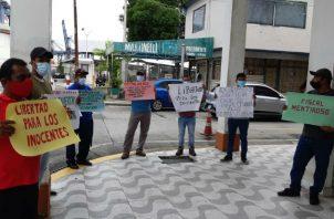 Al mediodía de hoy, los familiares se apostaron afuera del SPA de Colón, donde se efectúa la audiencia de apelación. Fotos: Diómedes Sánchez S.