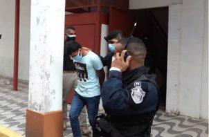 Familiares y amigos del detenido protestaron por el resultado de la audiencia. Fotos: Diómedes Sánchez S.