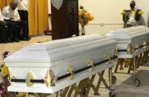 Las honras fúnebres de las jóvenes fue en una iglesia de Puerto Pilón. Fotos: Diómedes Sánchez S.