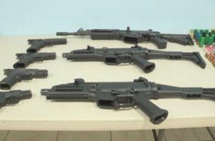 Por esta investigación de tráfico de armas hay seis personas con arresto domiciliario y dos tienen impedimento de salida del país.