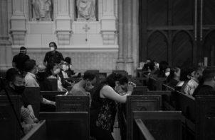 Abrimos la puerta de la fe y miramos al cielo suplicando la intercepción divina para que aquellos que sufren por estas causas sean levantados de sus camas en un acto de fe. Foto: EFE.