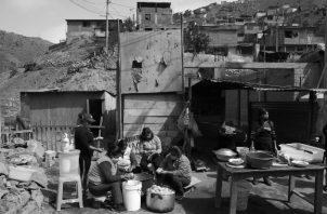 Lo que se dirige a los pobres pasa por una burocracia que consume buena parte y lo que llega al pobre es menos de lo que se le quitó: así es como existe la pobreza, por culpa de la violencia estatal. Foto: EFE.