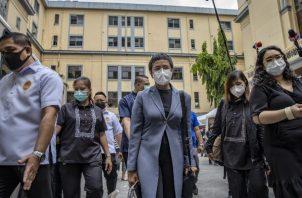 Maria Ressa, de Rappler (cen.), ha sido atacada por Rodrigo Duterte, el Mandatario de Filipinas. Foto / Ezra Acayan/Getty Images.