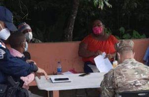 Reunión entre moradores y las autoridades en busca de respuestas a sus demandas.