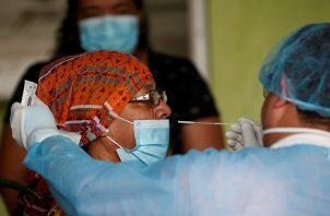 Personal médico sigue realizando tomas de muestras de hisopados para detectar COVID-19 en Panamá. Foto: EFE
