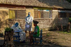 Trabajadores de la salud brasileños aplican una prueba a un líder kunaruara en el Estado de Pará. Foto / Tarso Sarraf/Agence France-Presse — Getty Images.
