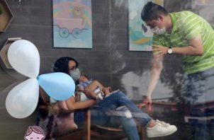 La unidad móvil, completamente desinfectada y que cuenta con un filtro HEPA antiviral, llega al domicilio del bebé para que sus familiares y amigos puedan conocerlo a través de la barrera plástica, detalló. FOTO/EFE
