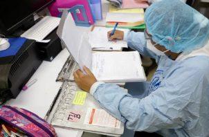 Personal de salud está más expuesto y dice que tiene que trabajar largas horas.