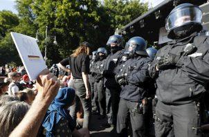 La manifestación había sido convocada por distintas organizaciones y en ella confluyeron desde ultraderechistas y seguidores de teorías de las conspiraciones a ciudadanos que consideran que las restricciones vulneran la libertad individual.