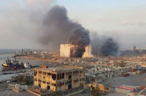Sobre la capital libanesa se eleva una gran columna de humo de color rojizo. Fotos: EFE.,