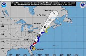 Los vientos de tormenta tropical se extienden a 140 millas (220 km) del centro de Isaías.