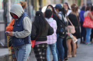 La Población Económicamente Activa (PEA), aquella mayor a 15 años que trabaja o que busca un empleo, aumentó del 47.4% en mayo al 53.1% en junio. Foto/EFE