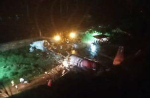 El avión accidentado se partió en dos al caer a la pista. Foto: Twitter.