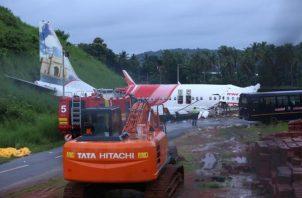 El suceso tuvo lugar hacia en la tarde del viernes, cuando el Boeing 737NG de la compañía de bajo coste Air India Express, filial de la estatal Air India, se salió de la pista de aterrizaje del aeropuerto de Kozhikode.FOTO/EFE