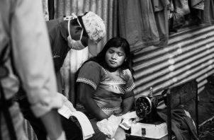 Una mujer de la etnia Ngäbe-Buglé, recibe la bolsa solidaria. Los estragos económicos de la pandemia aumentan notablemente los bolsones de pobreza en el país. Foto: Cortesía.