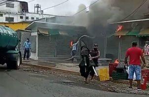 El fuego fue en un puesto de venta y reparación de teléfonos móviles. Fotos: Eric A. Montenegro.