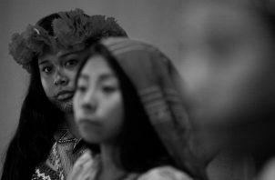 Indígenas de las etnias emberá y guna. Panamá cuenta con siete pueblos indígenas: ngäbe, buglé, emberá, wounaan, naso, bri bri y los gunas. Cada uno diseña sus artesanías. Foto: EFE.