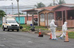 Roberto Smith Martínez, fue asesinado de 23 tiros, por sujetos que viajaban en un auto, mientras se encontraba en el portal de su casa, ubicada en calle 40 en la barriada Vista Azul, en el distrito de Arraiján, provincia de Panamá Oeste. FOTO/ERIC MONTENEGRO