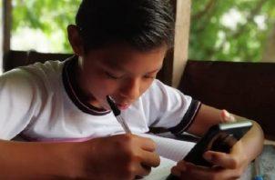 Una parte de los estudiantes tiene acceso a la tecnología y otros lo hacen por la radio y guías. Cortesía