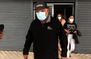 Ricardo Martinerlli a su salida ayer del edificio Avesa, en donde se encontraba cumpliendo con su notificación. Víctor Arosemena.