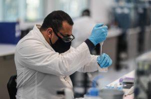 Científico ruso trabajando en la producción de una nueva vacuna para luchar contra el COVID-19 en Moscú. Fotos: EFE.