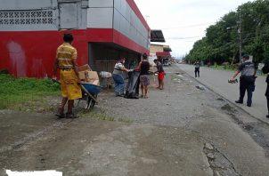 Los ciudadanos sancionados llevaron a cabo labores de limpieza en toda la avenida 17 de Abril y en áreas aledañas custodiadas por la Policía Nacional.