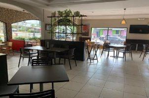 Los restaurantes operan bajo la modalidad de entrega a domicilio y mantienen entre 4 a 8 personas laborando. Foto/Archivo
